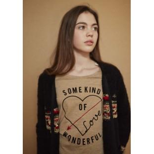 Camiseta camel con corazón marca IKKS para Junior